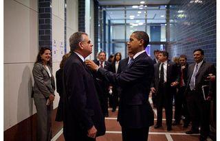 Obama-fixes-tie_1394397i